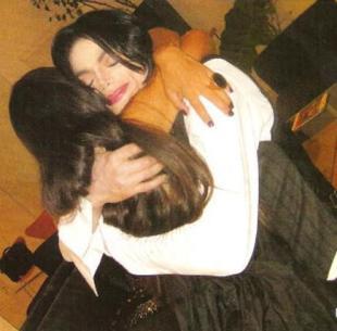 Hugs-Michael-Jackson-10523652-435-429